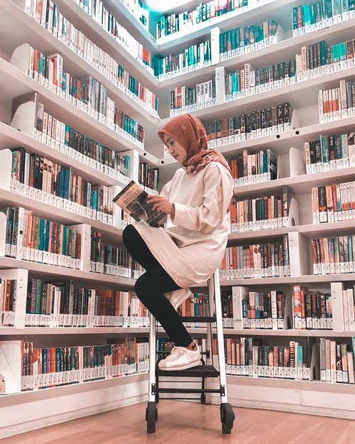 Me in my element. My happy place.......#library #book #bookstagram #libraryofbookstagram #libraryatorchard #singapore #travel #travelgram #instatravel #weekend #whpbookworm #ootd #passionpassport #clozetteid