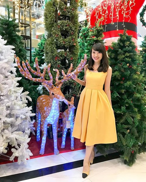 The most wonderful time of the year 🙏🏻🎄 #christmas #christmastree #ootd #ootdindo #ootdbkk #lookbook #lookbookindonesia #outfit #doublewoot #doublewootootd #dress #clozetteid #clozetteambassador