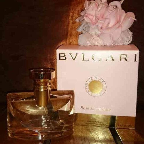 At first i didnt really like it.... it smells like rose toner from sariayu.. it was my thought about this bvlgari rose essentiel perfume.. but last week i tried to get a decant size rose essentielle and i end up buying this in full size... it has the most romantic rose scent on it.. i have to admit it is not last long on my skin... but i just cant help to love the scent.. i love it!  #rose #fragrantica #fragrance #bvlgariroseessentielle #bvlgari #bvlgarirose #bvlgariperfume #clozetteid #clozetteco #clozetters #clozetteambassador #perfume #perfumelovers #femaledaily #fdbeauty