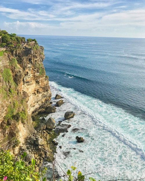 Bali truly stole my heart! Maybe because of the view, the people, and the foods are all great.. or maybe because its where i and reuben went for our first honeymoon... i love uluwatu the most... #uluwatu #uluwatutemple #uluwatubeach #uluwatubali #bali #beach #baliindonesia #balilife #balidaily #instatravel #instagram #clozetteid