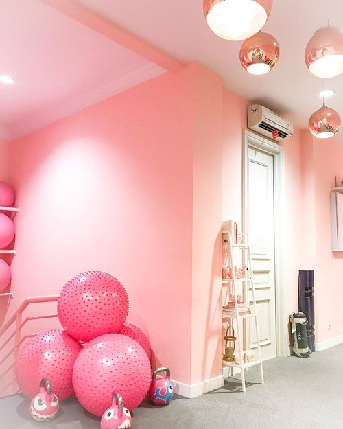 This beautiful pink studio @trainstation_studio is so adorable i love it!🌺❤️ #studio #workout #trainstation #trainstationstudiojkt #instagram #pink #instapink #instadaily #instago #instafit #clozetteid #sporty