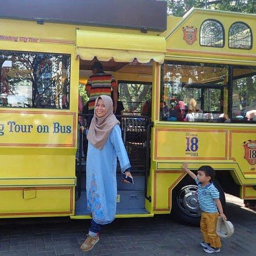 🚍 Sempat ngikik saat lihat foto ini. Saat difoto, saya gak tau ada anak kecil ini. Setelah lihat fotonya, kira-kira dedek kecil ini ekspresinya menyatakan apa, ya? Terkesima atau bingung? Mau naik Bandros, tapi ada tante-tante yang menghalangi? 😂.https://www.jalanjalankenai.com/2018/11/taman-balai-kota-bandung.html.#jalanjalankenai #bloggerperempuan #clozetteid #hijabers #bandros #bandungjuara #tamanbalaikotabandung #jawabarat #indonesia