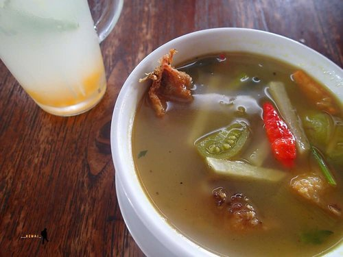 🍲 #latepost Waktu jalan-jalan ke Kebun Raya Bogor, makan siang di Grand Garden Resto & Cafe. Agak malas cari makan di luar lagi. . 🍲 Sup gurame kedondongnya enak. Mana waktu itu lagi hujan. Jadi rasanya makin nikmat. . 🍲 Menu lain bagaimana? Baca di blog saya aja, ya 😁 . https://www.jalanjalankenai.com/2016/12/grand-garden-resto-cafe-bogor.html . @grandgardencafe @kebunrayabogor  #grandgarden #grandgardencafe #kebunrayabogor #jalanjalankenai #happytummy #kulinerbogor #makansiang #familytrip #foodblogger #idfb #photooftheday
