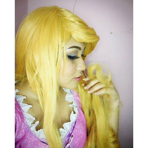 Flower, gleam and glow Let your power shine Make the clock reverse Bring back what once was mine What once was mine.. #disney #disneycosplay #disneyprincess #clozetteid #fotdibb #cosplay #princesscosplay #princess #rapunzel #rapunzelhair #goldenhair #flowergleamandglow #tangled #indonesia #jakarta #ihaveadream #disneyonice #daretodream #throwback #couplecosplay #pascal #chameleon #flynnrider #makeup
