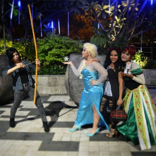 Fat Elsa fighting with Katnis while Sexy Devil and Anna posing for the camera 😂😂 #cosplay #disneycosplay #princesscosplay #disney #princess #queenelsa halloween #katnis #sexydevil #anna #arendelle #queen #icequeen #snowqueen #elsa #fight #throwback #clozetteid #fatelsa #elsacosplay #random #frozen #disneyprincess