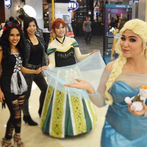 Last year halloween party with my friends! Me as fat elsa, @yukalicious15 as anna, @liquidmetallace as katnis, and @may_yossi as sexy devil hahhaaha. Even tho im a fat elsa, kids were so happy when i walked pass them! 😗😗 #disney #disneycosplay #disneyprincess #clozetteid #fotdibb #cosplay #princesscosplay #princess #throwback #elsa #halloween #lastyear #queenelsa #fatelsa #arendelle #icequeen #anna #katnis #devil #fun