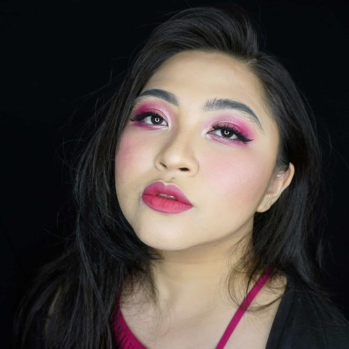 Who loves pink? I do! . Salah satu warna favorite setelah hitam 😁 . . . . #coloroftheyear #pink #wakeupandmakeup #makeupforbarbies  #indonesianbeautyblogger #undiscovered_muas @undiscovered_muas #clozetteid #colorful #makeupcreators #beautybloggerindonesia #slave2beauty #coolmakeup #makeupvines #indobeautysquad #fdbeauty #mua_army #fantasymakeupworld #100daysofmakeup