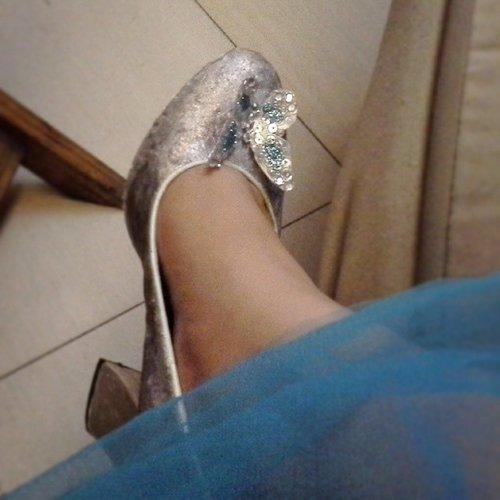 """It fits!"" My DIY glass slipper wannabe, totally fail, but i still can use it hahhaha. 😗 #disney #disneycosplay #disneyprincess #clozetteid #fotdibb #cosplay #princesscosplay #princess #cinderella2015 #cinderellamovie #cinderella #mycinderellamoment #gown #dress #kotakasablanka #havecouragebekind #diy #glassslipper #shoe #itfits #cinderellaslipper"