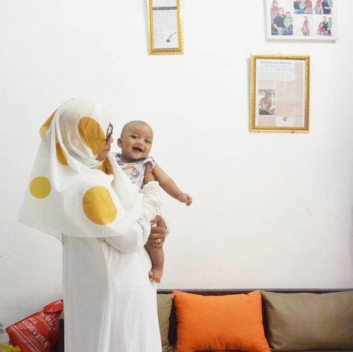 BUSUI IKUTAN PUASA GAK NIH? 🤱  Hegar sekarang udah usia 16 bulan dan akhirnya aku tahun ini bisa donk ikutan puasa Ramadan. Setelah selama 7 tahun terakhir kemarin aku absen puasa Ramadan karena hamil - menyusui (3x). 🤸♀️  Dulu mutusin gak ikut puasa Ramadhan karena kondisi aku lemah gak kuat saat harus puasa dan menyusui bayi dalam 1 waktu. 😑 Pernah nyobain puasa, tapi aku lemes banget sampai mau pingsan. Air susu juga jadi dikit banget. Bayi rewel karena dia gak kenyang.   Karena ada keringanan juga buat bumil dan busui boleh tidak ikut puasa, aku manfaatin deh kemudahan ini. Walau utang puasa emang jadi banyak banget. Tapi Alhamdulillah aku bisa bayar utang puasa dengan mencicil.   Seneng sih akhirnya tahun ini bisa ikutan puasa Ramadan lagi. Hegar rewel dikit sih tapi masih bisa kepegang.   Teman-teman busui, kalian punya cerita apa tentang puasa Ramadhan tahun ini? Cerita, yuk! ❤  _____ #ceritaarmita #momstories #momblogger #puasa #ramadan #puasaramadan #tipsmenyusui #momandson #momvlogger #mengasihi #parenting #parenthink #parentingblogger #familyblogger #puasaramadhan #puasasambilmenyusui #puasadanmenyusui #ramadhan1441H #busui #ibumenyusui #clozetteid