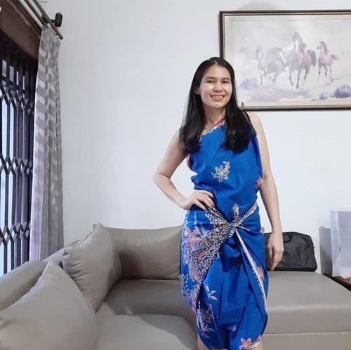 Selamat Hari Batik Nasional! Punya kain batik kesayangan tapi enggak rela untuk dijahit? Contek aja tutorial di youtube kain batik jadi dress tanpa jahit.Style yang saya pakai ini namanya Greek Goddess 😎, how do I look?..Share yuk apa outfit batikmu hari ini 🙂...#ClozetteID#ootd#outfitoftheday#wiwt#whatiweartoday#instabatik#batik#haribatiknasional #ShamelessSelfie#selfie#instaselfie