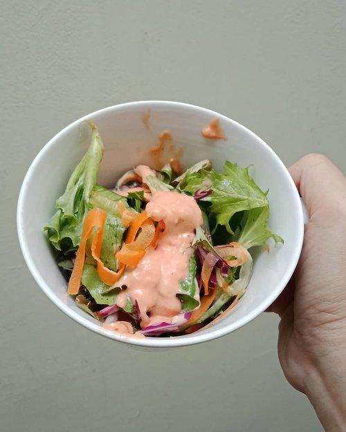 Power breakfast . Alasan saya memilih memakan sayuran dan buah di pagi hari saat perut kosong agar vitamin dan mineral terserap sempurna di dalam tubuh .. Dengan konsisten menjaga pola makan dan mempraktekkan napas 4-7-8 yang diajarkan @rezagunawan saya sudah lebih  dari 6 bulan tidak mengalami common cold 🙏 Hidup pun jadi lebih produktif 🙂 ... #ClozetteID #handsonframe #powerbreakfast #foodporn #foodpornshare #greensalad #eeeeeeats #tryitordiet #foodstagram #foodgasm #moodygrams