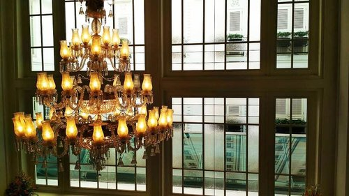 I might not be the brightest bulb in the chandelier,  but I'm pretty good at getting most of the other bulbs to light up -  Jack Welch.Edisi kangen staycation di hotel 😂.....#ClozetteID#chandelier#design#decor#TheHermitageJKT#TributePortofolio#LiveYourNow#visitJakarta#moodygrams#fromwhereistand#throwbackthursday