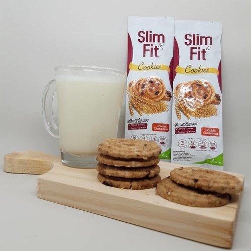 Mari ngemil! Jadi saya tuh lagi seneng banget ngemil @slimfitid Cookies karena berasa kayak makan cinnamon roll tapi dengan versi yang lebih sehat. Aroma kayu manisnya harum banget dan rasanya pas, enggak bikin giung 🙂.Terus bahan dasarnya oatmeal dengan serat yang baik untuk pencernaan. Paket lengkap, enak juga sehat! Terima kasih @clozetteiduntuk hadiah giveaway-nya 🙏..Kamu udah nyobain Slim Fit Cookies juga? Kalau belum, cobain deh!...#ClozetteID#MauSlimNFit#AntiLoyoAntiYoyo