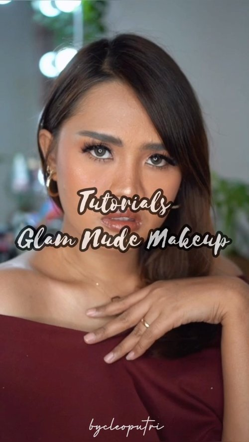 Happy Sunday 🥰 Di #cleoputritutorial kali ini aku bikin Glam Nude Makeup yg beberapa waktu lalu direquest sama instafam aku.. Sebenernya requestnya Nude Makeup tp kebablasan pake glitter dll yaudah deh jadinya Glam, hopefully mendekati dengan yg instafamku inginkan hehe.. Product Deets : 💖 Moisturizer : Embryollise Moisturize 💖 Foundation : Estee Lauder Double Wear Shade 4W1 Honey Bronze 💖 Cream Blush On : Jafra Cashemere Peach 💖 Contour Cream : ABH Contour Palette 💖 Powder : Chanel 30 Naturel 💖 Setting Spray : Studio Tropik 💖 Eyebrow : Browit Pencil Ash Brown 💖 Eyeshadow : SmashBox Petal Metal Eye Palette 💖 Glitter : Stila Glitter Shadow Bronze Bell 💖 Eyeliner : LA Girl Glide Liner 💖 Eyelashes : Guilty Plessure x Paola Tambunan Gazelle 💖 Mascara : Fanbo 💖 Blush On : Mac Peaches 💖 Highlighter : LT Pro Highlighter Palette 💖 Lip Cream : Loreal Rough Signature I Explore 💖 Lip Gloss : Fenty Beauty Gloss Bomb #makeuptutorials #clozetteid #clozettedaily #beautyvloggers #beautyvloggerindonesia #glamnudemakeup #glammakeup #makeupgampang #makeuplokalmurah