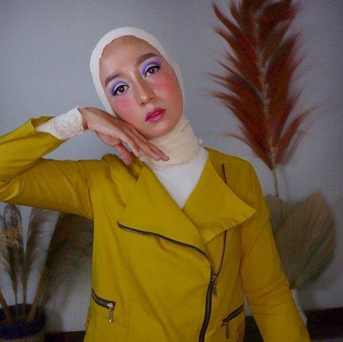 SIAPA TAKUT⠀⠀Eye shadow ungu, baju kuning, siapa takut!! Hahahaha.. biar berwarna kayak hidup aku.⠀⠀Ada yang baru di blog sama vlog aku loohh. Kalian gak mau nonton atau baca sambil nemenin makan siang. Mampir doonggg *maksa*.⠀⠀Apa kabar kalian di hari ke sekian work from home?⠀⠀#clozetteid #fashionenthusiast #makeupenthusiast #styleofbundawian #momblogger #lifestyleblogger #lifestylevlogger
