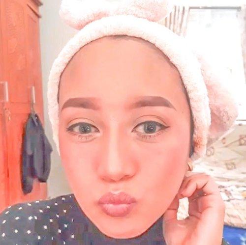 MAIN MAKE UP⠀⠀Karena penasaran sama paket yang baru aku terima, akhirnya main make up - make up an deh hari sabtu kemarin.⠀⠀Face :✨Lakme illuminating foundation shade 03✨ Make over transparant powder✨ Max factorX pressed powder shade 05✨ LA Girl pro conceal shade toast✨ Max factorX all day concealer shade ivory✨ Lakme 9to5 lip & cheek color shade blush velvet⠀⠀Eyebrow :✨ LA Girl pro conceal shade classic ivory✨Fanbo eyebrow pencil✨ Maybelline fashion brow mascara✨ Wardah eyebrow kit⠀⠀Eyes✨ Y.O.U eyeshadow palette nude✨ Wardah volume expert mascara✨ Make over hyperblack superstay liner⠀⠀#clozetteid #makeupoftheday #makeupideas #makeupaddict #lifestyleblogger #momblogger #thehermawansjourney