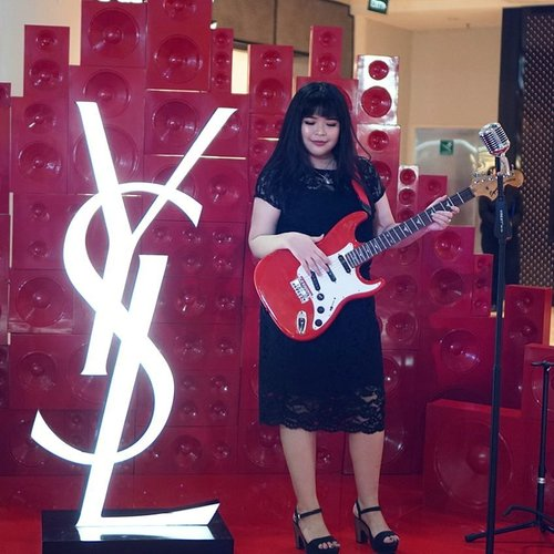 Let's rock with #yslbeauty Vernis À Lèvres at #yslbeautyid Pop-up Store at Central Department Store, Grand Indonesia . . . . . . #mylipvibes #yslbeauty #vernisalevres #rougepurcouture #rougevolupte #wonderfullyn #lynebeauty #beautyinfluencers #clozetteid