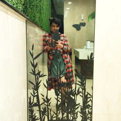 While waiting my turn at the toilet.. #nemukaca #ootd #clozetteID #ootdindo #flanel #flanelshirt