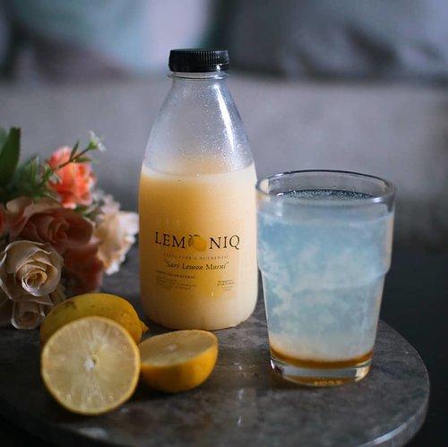 Beberapa tahun belakangan aku emang udah terbiasa untuk minum perasan air lemon yang dicampur dengan air hangat setiap pagi, kadang aku campur satu sendok makan madu juga. Manfaatnya beneran kerasa banget loh di badan.Apalagi nih mentemen, di masa pendemi kaya sekarang gini wajib banget kan jaga daya tahan tubuh. Buat yang gak mau repot harus peres-peres lemon setiap hari, bisa juga konsumsi Lemoniq kaya yang aku minum sekarang ini. Belinya di @teraswindian harga satu botolnya sekitar 45ribu aja.Lemoniq ini 100% perasa air lemon asli loh, praktis banget bisa langsung diminum!..#lemoniq #sarilemon #lemonwater #honeylemonshot #lemonmadu #dirumahaja #clozetteid #yesieat