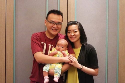 Our first family picture with #MiyukiDjo. She is 12 weeks old today. Is she mini Wil or mini Mel? 😁😁😁 . . . #latepost #happyfamily #WunMunBun #clozetteid