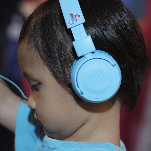 Sore tadi #ravasko nyobain headset baru dari @jblindonesia, yaitu JBL Jr yg didesain dengan warna-warni menarik khas anak-anak.. Walaupun dibuat khusus unt anak, tetapi kualitas suara yg dihasilkan tetap manteb lho moms.. dan pastinya aman untuk telinga si kecil 😘 #MyFirstJBL #JBLXNaura #miradamayanti #blogger #moms #parenting #motherhood #momblogger #JBL #kids #ClozetteID