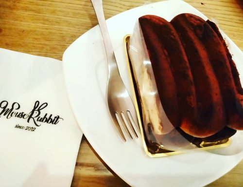 Di sudut coffee shop milik keluarga Yesung, anggota Super Junior - bukan Kimchi, Jigae, Jajangmyeon, Tteokbokki atau Ramyun yang kunikmati, tetapi justru sepotong tiramisu. Boleh khaaaan? 😁   #balqis57kuliner #tiramisu #coffeeshop #foodblogger #seoul #cafeinseoul #cake #clozetteid
