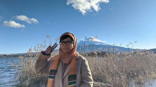 "Menyaksikan Mt. Fuji dari Oishi Park/Kawaguchicko Natural Living Center sekaligus di pinggir Lake Kawaguchiko 🗻Alhamdulillah cuaca cerah sehingga kami dapat menyaksikan gunung sekaligus ""maskot"" Jepang secara nyata. Disini kami justru menyaksikan matahari terbenam di negeri yang mendapat julukan negeri matahari terbit 🌞#balqis57travel #Japan #Mount #Natural #MountFuji #view #clozetteid"