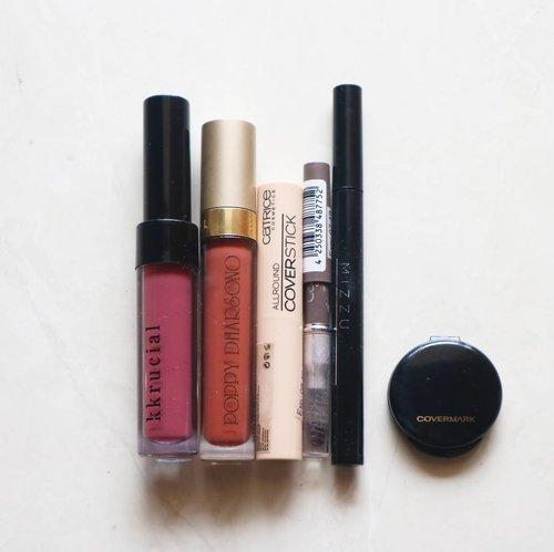 Ternyata #lightpacking untuk traveling bikin aku bawa #makeup secukupnya aja. Ini makeup yang aku bawa, plus 1 sachet foundation yang sekali pake buang. Hmmm, apa nanti bikin tutorialnya segala ya biar ngeh produknya buat apa aja? 😉 .  #clozetteid #liadandan