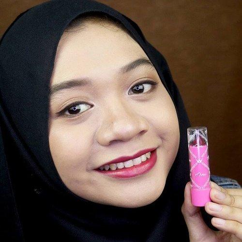 Setelah nail polishnya, aku tergoda nyobain lipstik @mukka_kosmetik no 9. Sekilas dilihat warnanya merah darah. Ternyata di bibir warnanya ada sedikit hint pink. Hasilnya mirip liptint tapi moisturizing. Nge-stain pula. Lucuuukk 😍😍😍 #mukka #mukkakosmetik #mukkalipstick #mukkatestimonial