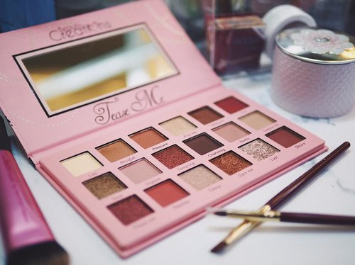 Do you believe that this palette only cost 100++ IDR? Contain 18shades matte and shimmer, I heard it's Huda Beauty Rose Gold Palette dupe. What do you think?__#beautycreations #beautycreationsteaseme #clozetteid #makeupflatlays #makeupflatlay #makeupholic #makeupindo