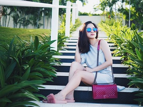 Holiday essential: fluffy sandals, sunnies and cute jelly bag from @lolivia.id 💖💖 _ _ #clozetteid #clozetteambassador #jellybag #balilyfe #holidaystyle #summerholiday