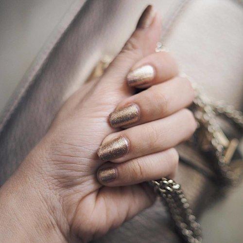 Goldy nails for Christmas this year. Be merry be glam! Nicely done @nailistic.id ✨✨__#clozetteid #nailpolishaddict #nailistic #nailoftheday #goldnails #surabayabeautyblogger