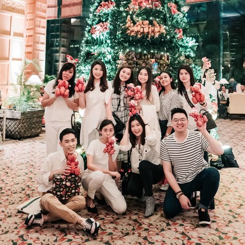 Xmas festive already!!!So much fun with happy tummy at @shangrilasub Jangan lupa cek xmas package mereka.. Ga cuman di jamoo, @saporeosteria tapi juga cake2 dan xmas tree mereka yg g kalah menarik.. 💖💖 Xmas tahun in kita bisa berbagi dengan membeli teddy bear yg ad di xmas tree @shangrilasub karena biayanya akan dsumbangkan utk panti asuhan matahari terbit. So what do you waitinggg foooooo~~~~~.....#lookbookindonesia #beautyguru #beautyvlogger #beautyblogger #clozetteid #bloggerstyle #fashionblogger #fashionstylea #fashionindo #indonesianbeautyblogger #indonesian_blogger #indonesiabeautyblogger #youtubeasia #youtuberindonesia #clozetteambassador
