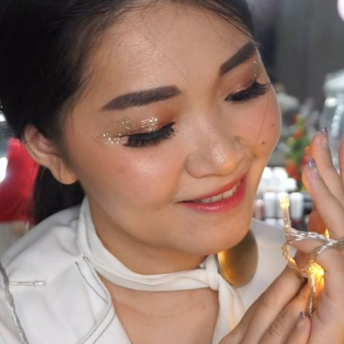 Christmas D-5Lets start with simple looks inspired by Jennie blackpink. But if you want extra just add glitter! Who didnt love glitteee?..Product used@bioderma_indonesia @colourpopcosmetics primer@innisfreeindonesia foundation 3.1 in color 23@colourpopcosmetics concealer light18@blpbeauty powder in light beige@blpbeauty eyebrow pencil in dark brown@benefitindonesia brow gel@minuet.official for contour and eyeshadow@physiciansformula bronzer@chupachups.id glitter cream@nyxcosmetics_indonesia glitter glue and glitter gold@blpbeauty liner@sheherhers.id lip matte@nyxcosmetics_indonesia butter lips in POP...#bloggerindonesia #lookbookindonesia #beautyguru #beautyvlogger #beautyblogger #clozetteid #bloggerstyle #fashionblogger #fashionstylea #fashionindo #indonesianbeautyblogger #indonesian_blogger #indonesiabeautyblogger #youtubeasia #youtuberindonesia #clozetteambassador #beautyindonesia #indobeautygram#stylehaul #tampilcantik #ragamkecantikan @tampilcantik @ragam_kecantikan #tutorialmakeup #makeuptransformation #naturalmakeup