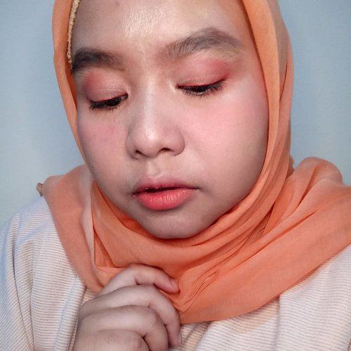 Hai I'm back 😆😆😆 Beberapa ada yang nanyain di look ini pakai produk apa aja. Kalau udah baca blogpostnya (klik link di Bio ya!) pasti tau. Tapi di post disini aja deh ya sekalian 😉 .Primer : @lacoco.id Aloe Vera Soothing MistFoundation : @lorealindonesia Infallible Total Coverage 305Concealer : Rimmel Stay Matte 010 Light Porcelain, @pixycosmetics 4 Beauty Benefits Concealing Base 01 Natural BeigeEyebrow : @fanbocosmetics Eyebrow Pencil BlackEyeshadow : @sephoraidn Medium Bag Makeup PalletteEyeliner : @maybelline Gigi Hadid Collection Lip Liner GG25 AustynMascara : @maybelline The Falsies Push Up AngelBlush on : @sephoraidn Medium Bag Makeup PalletteLips : @maybelline Gigi Hadid Collection GG09 Mccall, @clinique Chubby Stick Intense 04 Heftiest HibiscusHighlighter : @makeoverid Riche Glow Face Highlighter .-------.#clozetteid #clozettedaily #makeup #hijab #hijabdaily #hijabinspiration #coralmakeup #makeupinspiration #softmakeup #koreanmakeup #makeupjunkie #momblogger #lifestyleblogger #jumatberkah #TGIF