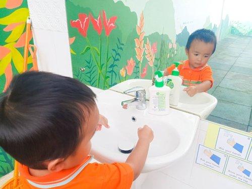 So Corona virus COVID-19 officially has entered and infected Indonesians. Dari semua anjuran dan bahan edaran yang diberikan oleh Kemenkes, CDC, WHO dan juga diskusi di WAG, yang paling penting adalah mempertahankan daya tahan tubuh dan imunitas kita. .  Cara yang paling simple adalah dengan MENCUCI TANGAN DENGAN SABUN. Kalau ga ada, baru pakai hand sanitizer yang mengandung setidaknya 60% alkohol (swipe menurut CDC). Jangan lupa juga untuk membersihkan permukaan barang-barang yang sering dipakai dan dibawa keluar seperti HP, tab, dkk. Karena Corona katanya bukan airborne, tapi menular melalui percikan. .  Mungkin momen ini adalah momen yang bisa dipakai untuk lebih mawas diri dan menjaga kebersihan diri, keluarga dan lingkungan. Jangan lupa ajari anak untuk : . 👍 Mencuci tangan secara benar (swipe swipe buat liat caranya menurut WHO) 👍 Tidak terlalu sering menyentuh muka (agak susah tapi ini ya hahaha toddlers) 👍 Cara yang baik menutupi mulut kalau batuk dan bersin (dracula style, bukan pakai telapak tangan) 👍 Jangan terlalu dekat orang yang batuk dan bersin 👍 BANYAK BERDOA. Tidak ada yang bisa mengalahkan kekuatan doa. .  Rio udah di briefing tadi siang, dan akan selalu dibriefing. Semoga bisa menjadi awal dari kebiasaan baik. Bismillah semoga semuanya baik baik saja, aamiin YRA. Stay safe everyone! .  Anw, wastafel mini ini ada di sekolah @citaharmoni ❤️❤️ lucu yaaa dan memang mengajarkan anak untuk menjadi mandiri. 😍😍😍 . ------- . #satriorpradana #cucitangan #practicallife #practicallifeskills #toddler #washinghands #coronavirus #staysafe #satrio36mo #clozettedaily #clozetteid #toddlerson #kids #parentingalafaradila #caracucitangan #momblogger #lifestyleblogger #bloggerindonesia #bloggerperempuan #indonesiahijabblogger #femalebloggersid