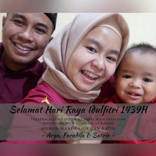 Mandatory Eid Selfie! Selamat Hari Raya Idul Fitri 1 Syawal 1439 H ❤❤❤ .  Taqabbalallohu Minna wa Minkum shiyaamanaa washiyaamakum taqabbal ya Kariim .  Mohon maaf lahir & batin apabila ada salah & khilaf perkataan maupun perbuatan 🙏Semoga kita masih dipertemukan dengan Ramadhan tahun yang akan datang, dan dalam kondisi sehat untuk beribadah. Aamiin YRA. . - Arga, Faradila & Satrio - . ------- . #eidmubarak #selamathariraya #idulfitri #idulfitri1439h #family #selfie #iedselfie #thepradanasfamily #clozetteid #clozettedaily