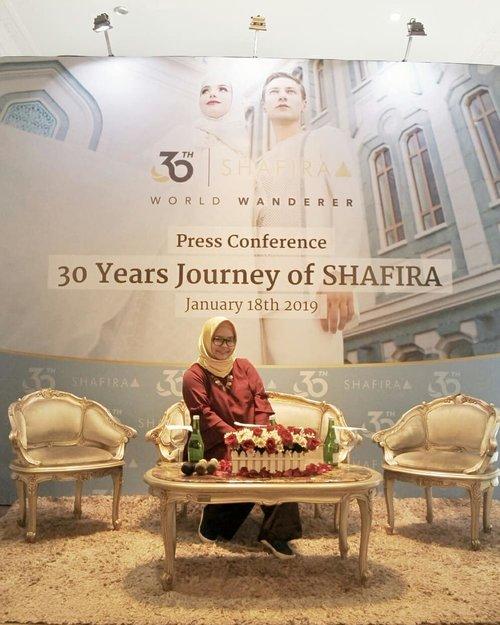 Siapa yang ga kenal sama @shafiramuslimfashion? Brand fashion muslim pertama di Indonesia ini ternyata sudah berumur 30 tahun! Mulai dari Mama & Uti saya pun senangnya belanja di Shafira. .Apa baju-bajunya terlihat jadul? Tentu tidak. Sebagai leader di bisnis fashion muslim, Shafira terus berkembang dan mengikuti trend terkini. Swipe swipe buat liat koleksi terkininya dengan tema Shafira World Wanderer yang terinspirasi dari karakter berbagai negara & masjid di 5 benua 😍😍😍 cakep cakep kan yaaa? Semuanya elegan dan timeless. .Oiya dalam memperingati 30 tahun ini, Shafira juga membagikan scarf limited edition untuk para pengunjung toko. Selain itu, ada lomba blog yang berhadiah trip ke Maroko & Jerman 😍😍😍 Mau tau detailnya? Nanti akan saya tulis di blog ya. .-------.@komunitasisb  #SHAFIRAWorldWanderer #30YearsWithSHAFIRA #shafira30tahun #busanamuslim #fashionmuslim #clozetteid #clozettedaily #hijab #ootd #hojabdaily #lifestyleblogger #fashion #fashionblogger #momblogger #shafiramuslimfashion #muslimfashion #shafira