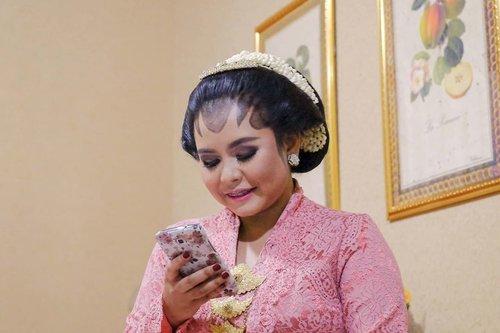 Selamat Hari Kartini para wanita hebat Indonesia ❤️ Meskipun sekarang hanya bisa saling terhubung di dunia maya karena harus #dirumahaja, let's not forget to stay happy and productive. (Efek ikutan webinar @fimeladotcom sama @jenniferbachdim tadi 😆) .Teori sih gampang, tapi prakteknya jauh lebih susah ya 😅 Sebenarnya ga usah yang heboh sampai bisa naikin konten sehari sekali, update di IGS terus, atau belajar coding, SEO plus bahasa baru, everything! (Capek juga bacanyan🤣🤣) .Memasak hal yang pengen dimasak, ikut share campaign donasi atau bantu beli dagangan teman juga produktif kok. Ikut kulwap atau webinar juga loh~ Nonton drakor pastinya termasuk dong hahaha it's all in your perspective. .As long as we upgrade ourselves and try something that we want to try, even if it is just a small thing, it is indeed worth a recognition. Apalagi di jaman digital seperti sekarang. So much is out there to do, see and think about. Yuk kita manfaatkan kesempatan ini sebaik mungkin. .Foto : Kartini di era digital HAHAHA. Ga deng, ini diambil pas acara midodareni, bosen karena ga boleh keluar jadi yaudah balesin WA orang aja 🤣🤣 .-------.#clozetteid #clozettedaily #harikartini #harikartini2020 #kartinidigital #throwback #midodareni #kebaya #paes #paesmidodareni #sanggul #traditional #paessolo #selamatharikartini #wanitahebat #bloggerperempuan #femalebloggersid