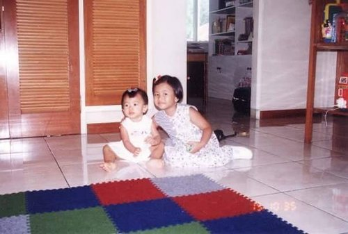 #majorthrowback ketika masih jadi dedek gemes 😂😂😂 . ------- . #throwback  #1990s #oldschool #oldiebutgoodie #family #sister #sisterhood  #childhood #snapseed #memories #nostalgic #liveauthentic #livefolk #livefolkindonesia #peopleinframe #sharethemoment #likesforlikes #likeforlike #like4like #clozette #clozettedaily #clozetteid #baby #kids