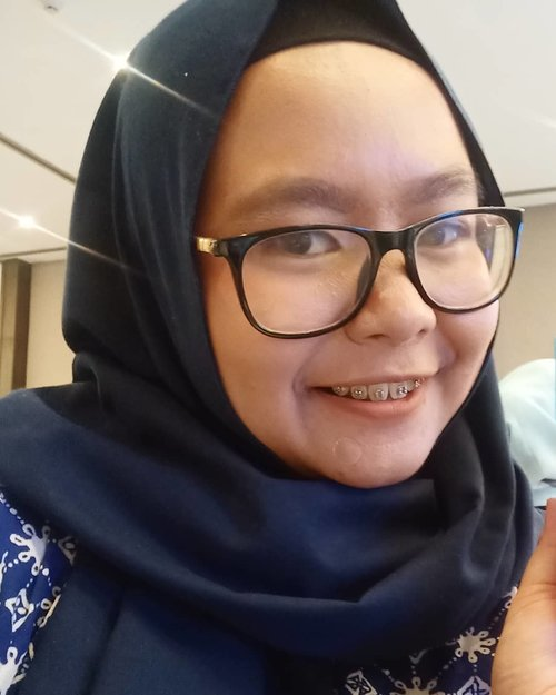 This first selfie post of 2020 was actually taken in 2019 🤣🤣🤣 gpp lah yaaa soalnya makin kesini, makin jaraaaang selfie selfie (kecuali untuk kerjaan wkwk). What about you? .Kenapa postingan pertama di 2020 sekaligus yang pertama untuk #30haribercerita ini foto diri sendiri? Because I think it's really important to embrace and love yourself first. Selain disuggest sama BTS to do so (HAHAHAHA 🤣), loving yourself first can give you more energy to love others ❤️ make sure your glass is full before you pour some for others. .How? Embrace the strenght and weakness. Embrace the positive and negative emotions. Learn what you can control. Learn what you need to let go and let it be. Learn to make peace with yourself. .Bukan berarti udah expert ya hahaha, masih belajar kok. Some days, I struggle to deal with my emotions. I'm still in my 20's (for a few months HAHAHA) and obviously still learning. So have you love yourself yet? .-------.#30HBC2001 #ClozetteID #clozettedaily #hijab #hijabdaily #momslife #selfie #nofilter #girl #smile #thoughtsbyFaradila #momblogger #lifestyleblogger #loveyourself #selflove #2020goals