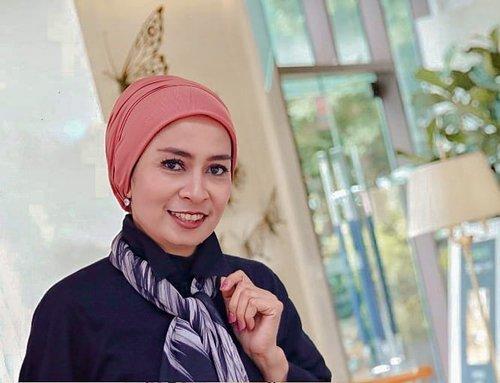 🎊 𝑻𝒖𝒓𝒃𝒂𝒏 𝑺𝒕𝒚𝒍𝒆 🎊.Ada yang nanya, jadi turban nih style maWii di 2020?Ngga juga siy, pas lagi mau aja pake begini. .Tapi ini kok keliatan chubby-an ya? Iya, lagi naik 3 kilo 😂...#clozetteid #turbanstyle #fashionhijab  #hijabstyle #over40style