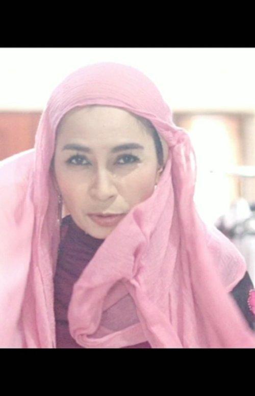 , jadilah video iseng ini. .  Padahal 7-8 tahun lalu style hijab maWii itu turban. Diajarin pertama kali sama @punyade saat tampil fashion show acara Srikandi Blogger. Tapi udah lupa model2nya. .  𝘉𝘢𝘴𝘪𝘤 ! . .  #clozetteid #turbanstyle #fashionhijab #hijabstyle #hijabfashion