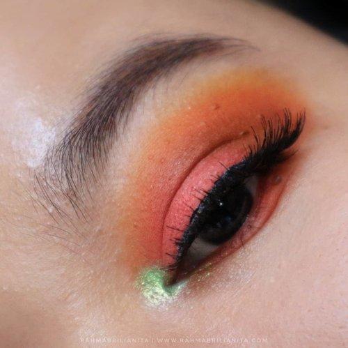 Jogja masih terik, gerah, membara. 🔥⠀⠀Eh, tapi nggak boleh banyak ngeluh. Ntar pas hujan terus-terusan malah rindu cahaya matahari. Kalo pas panas terus-terusan, ntar rindu wangi-wangi hujan sambil ngelungker selimutan 💧💧ah elah, banyak mau 💆🏻♀️⠀⠀Abis mainan #MatanyaRahma ⠀⠀🦴Eyeshadow pink berry, coklat, orange, shimmer hijau dari @juviasplace Zulu⠀🦴Eyeshadow Palette⠀🦴Mascara 4D @missha.id ⠀🦴Eyebrow Pencil @pixycosmetics Brown yang kemerahan⠀🦴Bulu mata ~ lupa 💨⠀🦴Brush @kariscosmetics 115, @masamishouko 207, Pupa 8cb, Its My Brush (pencil brush) & brush dari e/s @absolutenewyork_id⠀Udah gitu aja, ehe 🙆🏻♀️⠀⠀#Rahmabrilianita ⠀#Clozetteid ⠀#clozette