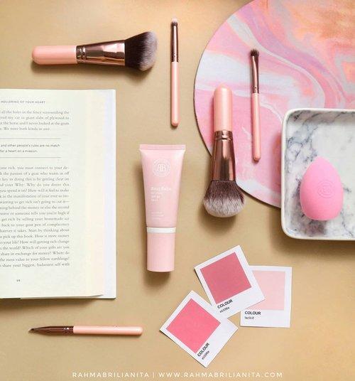 °⠀Hari Ini Hari Minggu⠀=================⠀⠀Pas hari Minggu kepikiran hari Senin. Pas hari Senin kepikiran hari Minggu masih lama 😌⠀⠀Kalau work from home, masih tetep suka pakai makeup nggak? Atau malah jadi momen libur buat wajah dari produk makeup?⠀⠀Foto di atas itu referensi produk complexion, BB cream yang sekaligus mengandung skincare ✨ siapa tau mau baca ulasannya di blog Barbara 🌾 🙆🏻♀️⠀⠀#Clozetteid #FlatlaynyaRahma