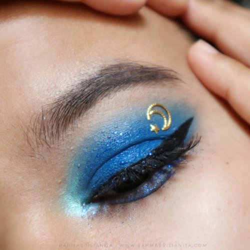 Pantone Color of The Year 2020 ~ Classic Blue 💙⠀#matanyaRahma⠀-----⠀@pac_mt District-X Single Eye Shadow shade Ladies Night⠀@raneecosmetic_official loose glitter blue⠀@silkygirl_id Perfect Sharp Matte Eyeliner⠀⠀#clozette ⠀#clozetteid⠀#Pantone2020⠀#ClassicBlue