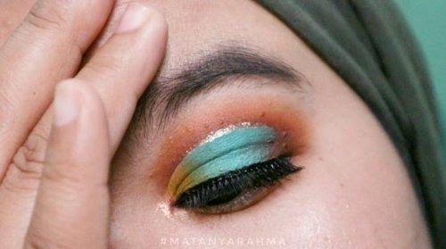 Dari dulu selalu suka kalau liat ada yang bikin eye makeup dari kombinasi warna coklat dan hijau. Selalu mengingatkanku sama bolu kue pandan yang menul-menul, kue favorit dari jaman bocah 🎑⠀⠀Yaa meskipun ini bukan hijau yang bener-bener aku mau 😩 dan masih belum menemukan palet yang ada warna ijo daun seperti yang aku mau 🤷🏻♀️⠀⠀Ngomong-ngomong, ini adalah mainan #MatanyaRahma yang agak lebih niat untuk diposting karena udah pake bebuluan mata palsu ehe 🙆🏻♀️⠀⠀#rahmabrilianita⠀#clozette⠀#clozetteid