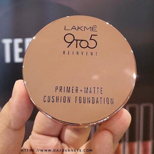 Biar #dirumahaja sekali-kali pakai makeup ga pap loh biar mood membaik, sedikit warna pada wajah bisa bikin mood booster. Ga percaya? Yuk cobain pakai lipen sama bedak walau ga kemana-mana, pakai baju bagus. Pasti pas ngaca senyum-senyum sendiri.Boleh juga pakai foundation loh, tapi dirumah aja pake foundation ga berat? Nggak, kalau pakainya @lakmemakeup 9 to 5 Reinvent Primer Matte Cushion Foundation.Berasa ga pake apa-apa malah, finishingnya matte jadi walau dipake ngocok kopi dalgona yang bikin keringetan itu nggak bakal keliatan hinyai 🤣Beda dengan cushion korea yang kebanyakan terlalu putih di wajah kita, #LakmeCushionFoundation ini punya 5 shade yang cocok dengan kulit kita karena ada shade gelapnya.Penasaran sama swatchnya? Cuss ke link di bio dan pilih #lakme9to5reinventprimermattecushionfoundation ya. Ada yang sudah punya? Kalian biasanya pake shade nomor berapa?#ClozetteID #SOCOBeautyNetwork #LakmeBeauty #BloggerIndonesia #bloggerperempuan #bloggerceria #indonesiabeautyblogger #beautybloggerindonesia #bandungbeautyblogger #bloggerbandung #reviewcushion