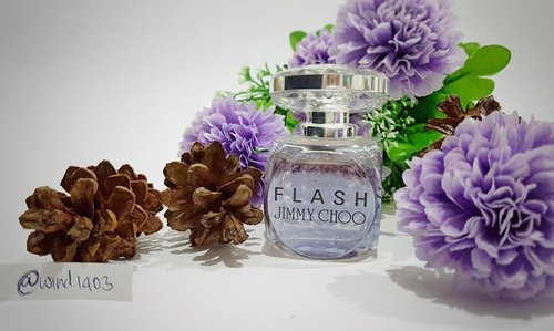 My favorite perfume saat ini adalah Flash by Jimmy Choo yang deainnya super elegant and eye catching at the same time. Wanginya campuran antara floral dan fruity, top notenya campuran dari jeruk, apple dan pink pepper. Base notenya campuran dari heliitrope dan blonde wood. Wanginya tahan sampai 12 jam, luar biasa kan? #ClozetteID #instabeauty #indonesiablogger #indonesiabeautyblogger #bloggerBDG #bloggerlife #bloggerbandung #bloggerindonesia #beautyblog #beautyblogger #beautybloggers #beautybloggerbandung #beautybloggerindonesia #bblogger #bbloggers #bbloggerslife #BloggerPerempuan #like4like #follow4follow #followforfollow #likeforlike #likeforfollow #jimmychoo #perfume #perfumecollection