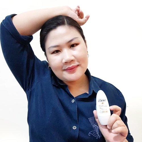 Kalau yang udah pernah ketemu aku di dunia nyata pasti tahu kalau aku tu orangnya mudah berkeringat, makanya aku jarang pakai baju tanpa lengan, tapi pakai baju lengan panjang juga suka bikin deg-degan kalau keringetan. Soalnya pasti basah dan bikin malu pas angkat ketek.Makanya aku udah bertahun-tahun selalu pakai deodorant selain pakai parfume tentunya. Karena deodorant dari @dove ini diperkaya dengan formula baru yang mengandung 1/4 Moisturizing Cream, Niacinamide dan Vitamin B3 yang tidak hanya mencerahkan tetapi juga menghaluskan dan melembabkan kulit ketiak yang sensitif.Jadi walaupun berkeringat, ga ada masalah dengan bau badan maupun basket aka basah ketek lagi. Wangi yang enak, kemasannya terlihat elegan perkat perpaduan warna white dan gold, mudah di dapat di minimarket, dan kandungan no alcohol bikin aku ga ragu memberikan skor ⭐⭐⭐⭐⭐ untuk #DoveUltimateRepair ini@popbela_com #PopbelaWithDove #ByeKetiakGelap #ClozetteID